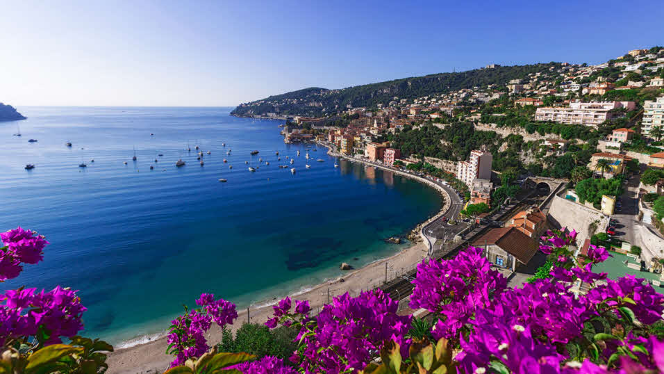 image of a stunning beach in Cote dZur in France where you can book one of many campsites for your caravan or motorhome